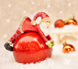 Lustiger Santa liegt auf einer Kugel