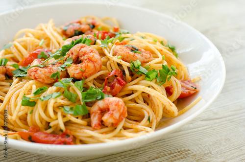 Leinwanddruck Bild Spaghetti con gamberetti, pomodoro e prezzemolo