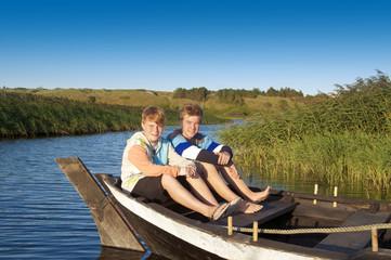 Teenager auf Boot im Fjord