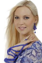 Hübsche blonde Frau mit blauem Armschmuck
