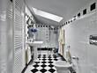 bagno moderno in bianco e nero nel sottotetto