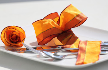 Tischgedeck mit Schleife