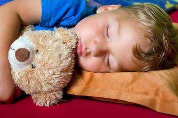Kleiner Junge schläft