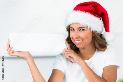 weihnachtsmann hält hinweiskarte