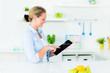 hausfrau schaut im internet nach einem kochrezept