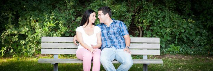 paar sitzt auf einer parkbank