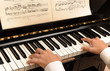 Mani sulla tastiera del pianoforte