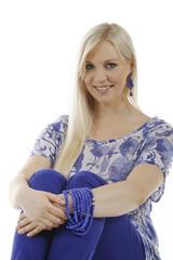 Hübsche blonde Frau in blauem Outfit