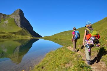 Kinder wandern an Bergsee