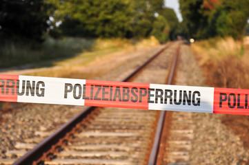 Polizeiabsperrung vor Gleisen