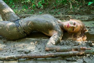 femme nue dans la boue