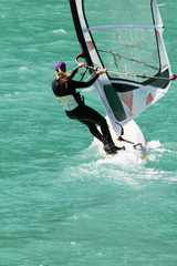 ragazza con windsurf