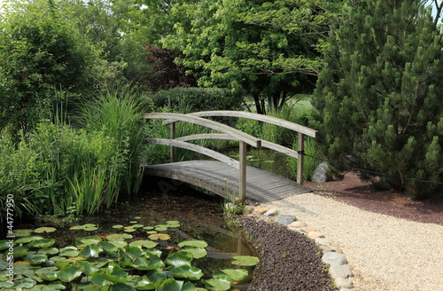 petit pont de bois sur jardin aquatique photo libre de droits sur la banque d 39 images fotolia. Black Bedroom Furniture Sets. Home Design Ideas
