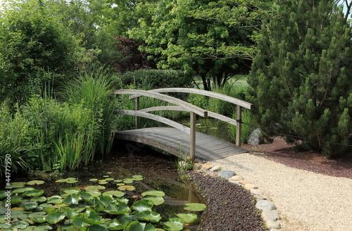petit pont de bois sur jardin aquatique