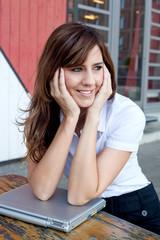 Lächelnde Geschäftsfrau macht Pause