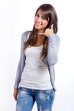 mujer joven feliz haciendo un gesto de llamada