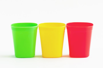 Three cup three color.