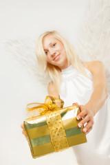Charmanter Weihnachtsengel mit Geschenk