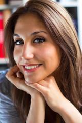 retrato de joven y atractiva mujer sentada en casa