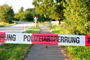 Polizeiabsperrung vor einem Bahnübergang