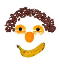 Cara hecha con frutas y cereales.
