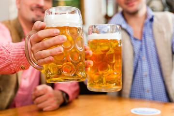 Zwei Freunde in bayerischer Wirtschaft