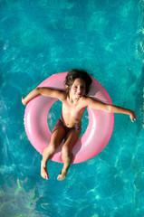 Niña flotando en una piscina