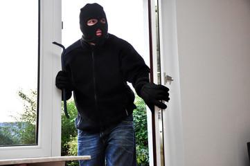 Einbrecher ist ins Haus eingebrochen