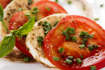 tomaten mit mozzarella mit basilikum unscharf