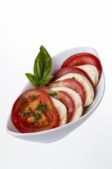 tomaten auf mozzarella mit basilikum