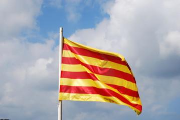 Bandera catalana ondeando al viento