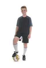 Junger Fussballer vor weißem Hintergrund
