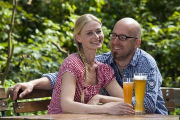 Paar im Biergarten
