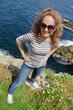 Adolescente en promenade en Bretagne