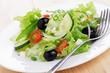 Salatteller mit Oliven und Mozzarella
