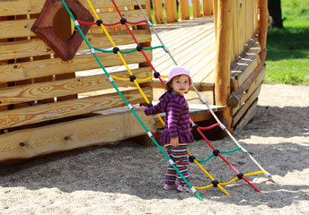 Ein Mädchen spielt auf einem Spielplatz