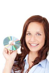 lächelnde frau zeigt eine cd