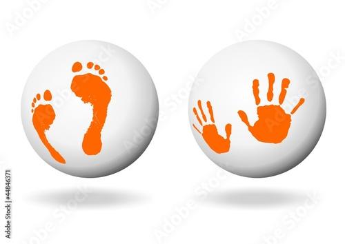Hand- und Fußabdruck auf einer weißen Kugel
