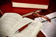 Leinwanddruck Bild - Libri di diritto e codici di legge per avvocato