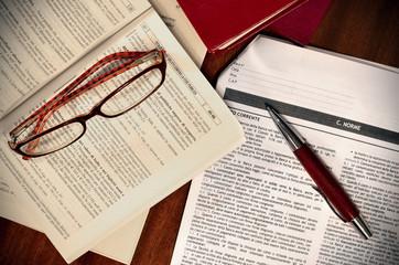 Libri, contratto e codici per avvocato