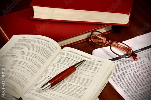 Leinwanddruck Bild Libri di diritto e codici di legge per avvocato