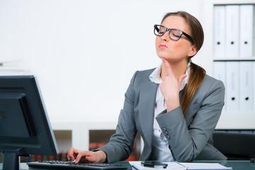 geschäftsfrau arbeitet angestrengt am computer