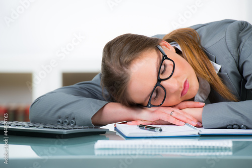 übermüdete mitarbeiterin