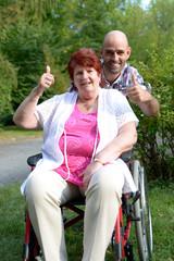 Mann und Seniorin im Rollstuhl