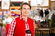 Mann probiert Tracht oder Lederhose in Boutique