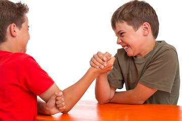 Armdrücken - Kraftprobe zwischen zwei Jungen - Rivalen