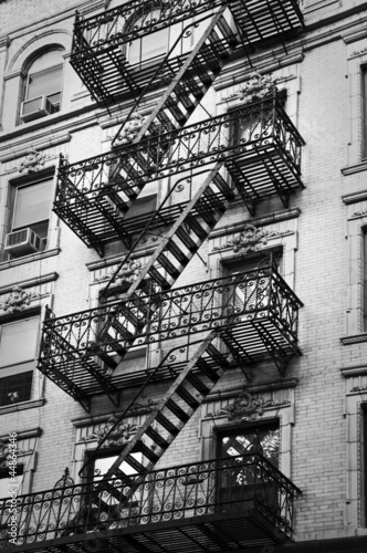 Façade avec escalier de secours noir et blanc - New-York - 44864346