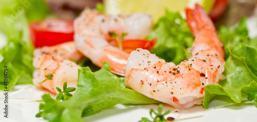 Leinwanddruck Bild Garnelen auf Blattsalat