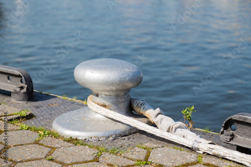 Tuinposter Algerije Bollard with rope at the quay