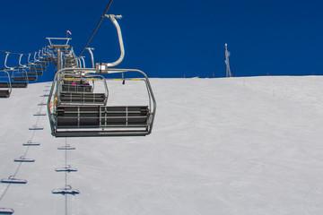 Вид с кресельного подъемника, поднимающего в гору